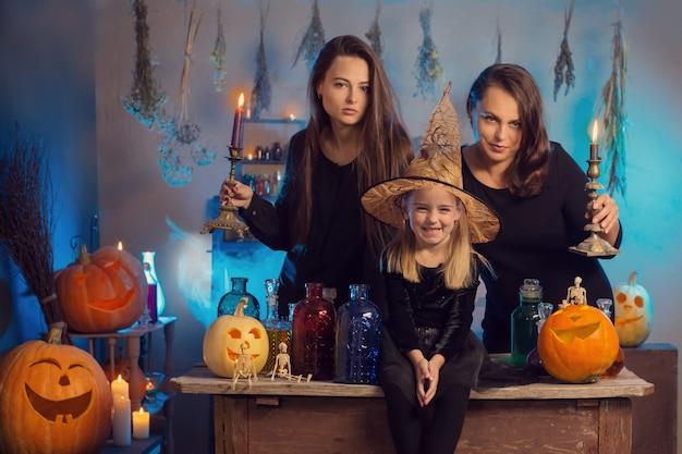 Familie van heksen met kaarsen