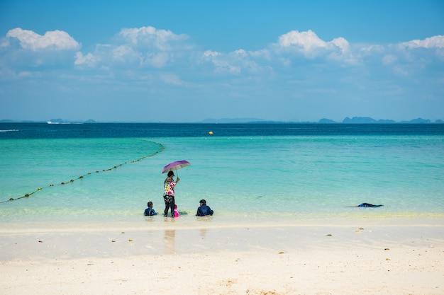 Familie van moeder en 4 kinderen genieten van de andamanse zee op het strand van het eiland koh poda, krabi, thailand. vakantie reisbestemming in de zomer.