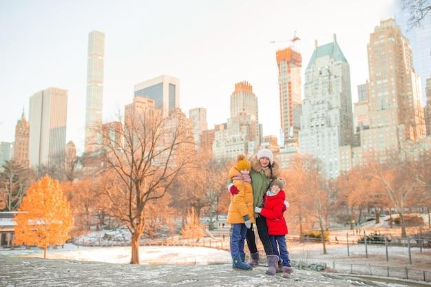 Familie van moeder en kinderen in central park tijdens hun vakantie in new york city