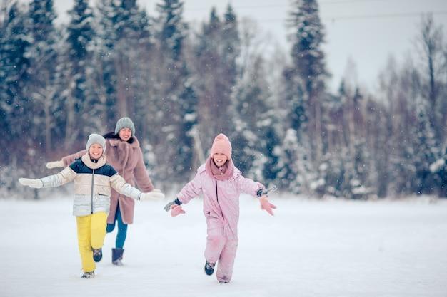 Familie van moeder en kinderen vakantie op kerstavond buitenshuis