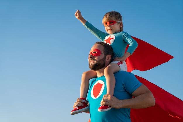 Familie van superhelden die buiten plezier hebben