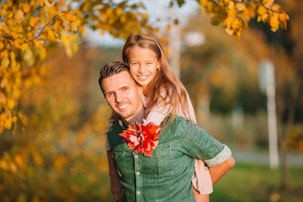 Familie van vader en kind op mooie herfstdag in het park