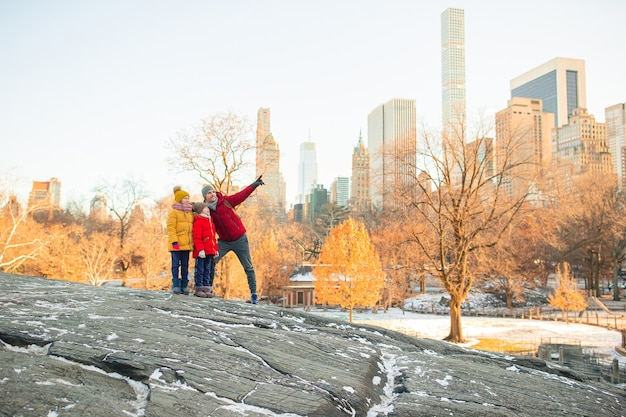 Familie van vader en kinderen in central park tijdens hun vakantie in new york city