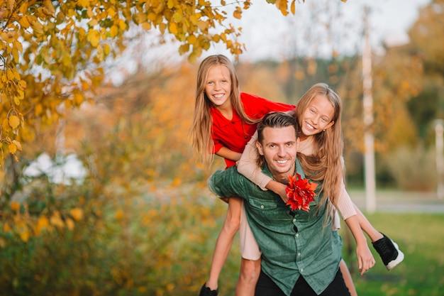 Familie van vader en kinderen op mooie herfstdag in het park