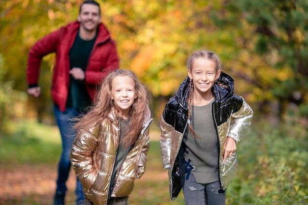 Familie van vader en kinderen op mooie herfstdag