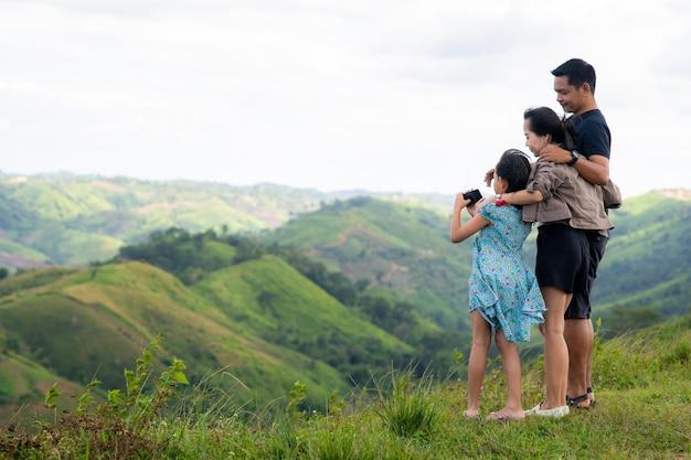 Familie van vader, moeder en dochter selfie te nemen op de top van de berg