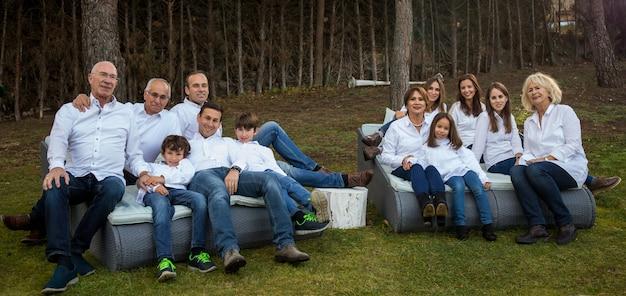 Familie van vele leden, vieren een feestje in de tuin van hun huis