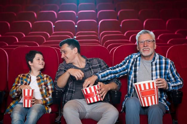 Familie van verschillende generaties in de bioscoop