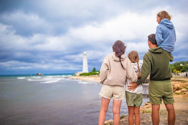 Familie van vier lopen naar de vuurtoren