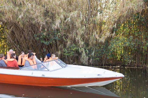 Familie varen op de rivier