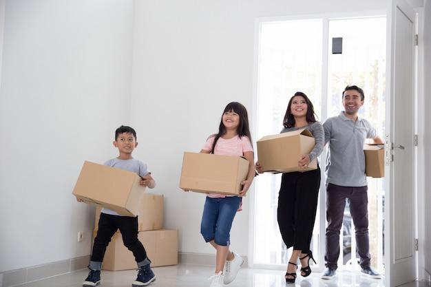 Familie verhuizen naar een nieuw huis