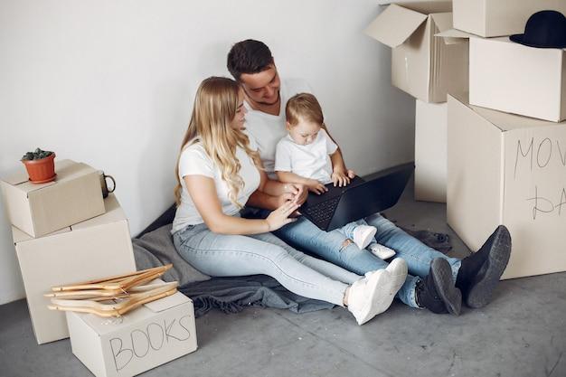 Familie verplaatsen en dozen gebruiken