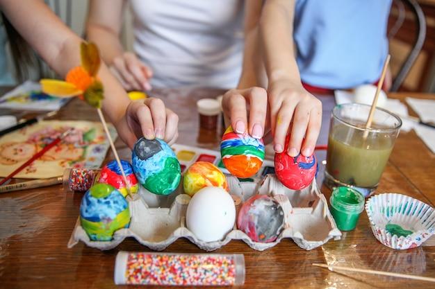 Familie versiert eieren voor pasen