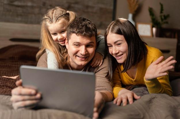Familie-videogesprek met gemiddelde opname