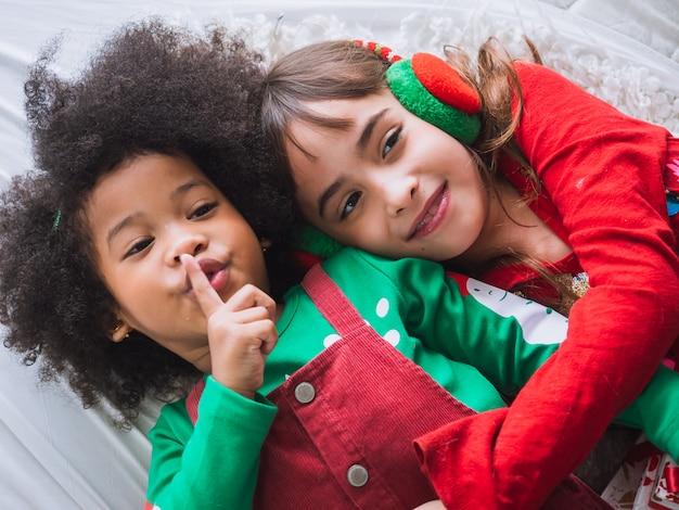 Familie vieren kerstmis binnenshuis, kinderen gelukkig en grappig in kerstdag