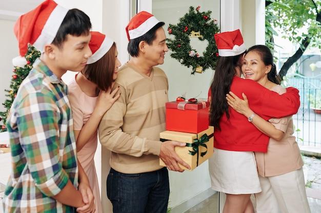 Familie vieren kerstmis