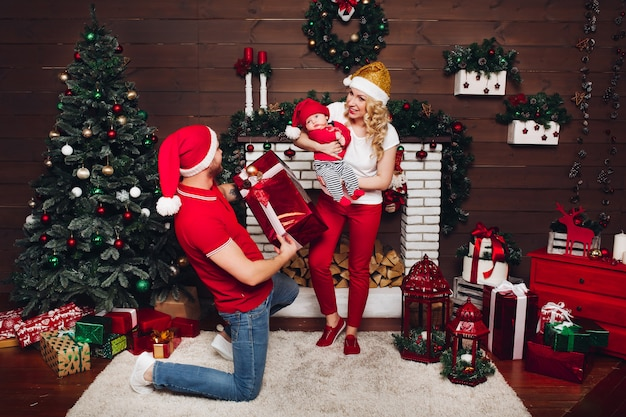 Familie vieren samen en genieten van kerstcadeautjes