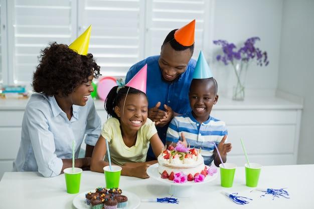 Familie vieren verjaardagspartij thuis