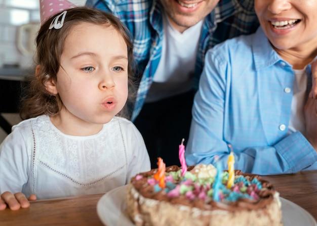 Familie viert de verjaardag van het meisje