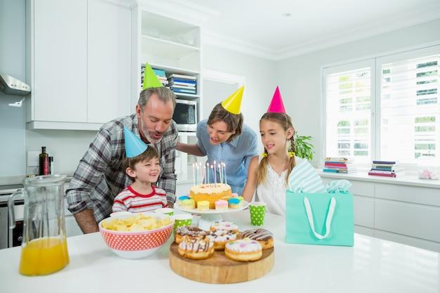 Familie viert de verjaardag van hun zoons in de keuken