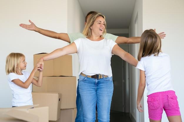Familie viert het kopen van nieuwe appartementen