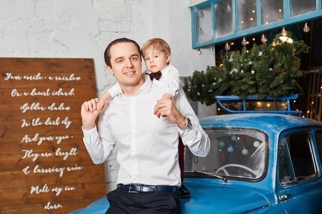 Familie viert kerstmis en nieuwjaar. moeder vader en zoon knuffel, vakantie met het gezin
