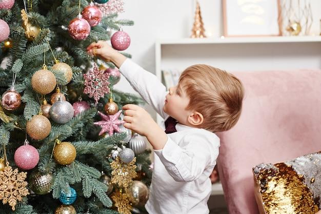 Familie viert kerstmis en nieuwjaar. moeder vader en zoon knuffel, vakantie met het gezin Premium Foto