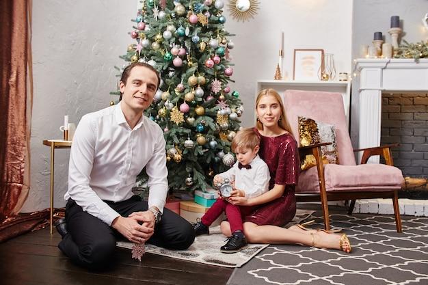 Familie viert kerstmis en nieuwjaar