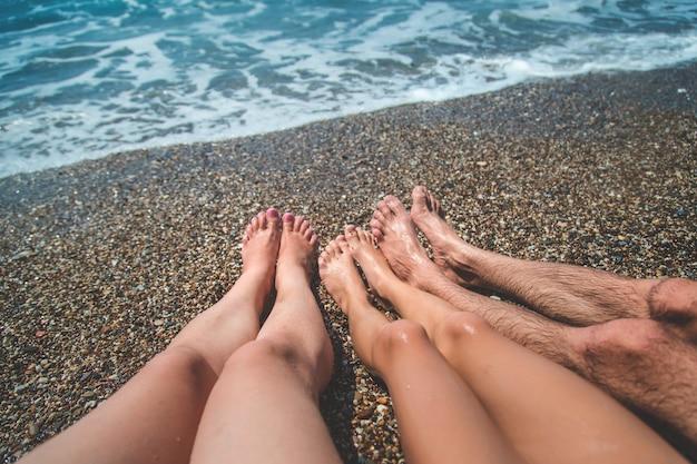 Familie voeten op het strand aan zee. selectieve aandacht. natuur.