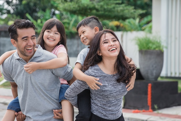 Familie voor hun nieuwe huis