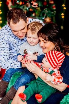 Familie voor kerstboom