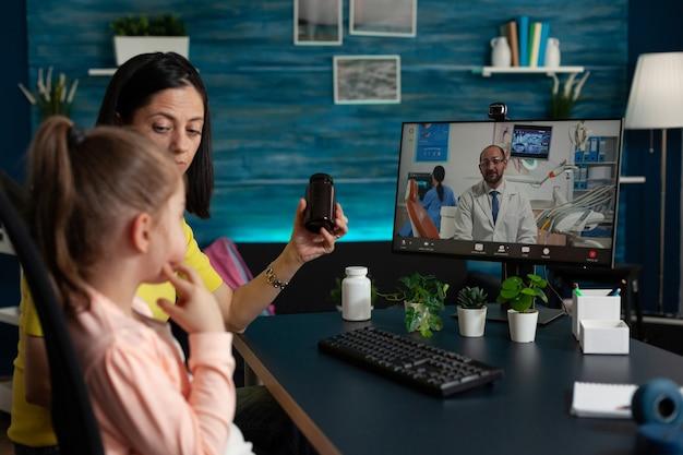 Familie wacht op medisch advies van therapeut op afstand docto