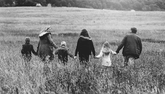Familie wandelen veld natuur saamhorigheid concept