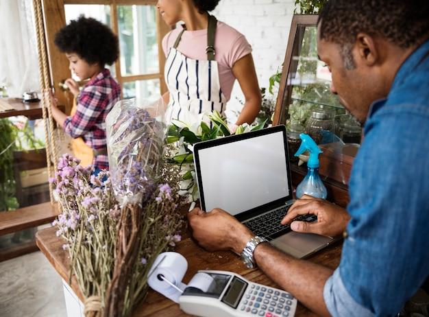 Familie werkt samen met small business flower shop