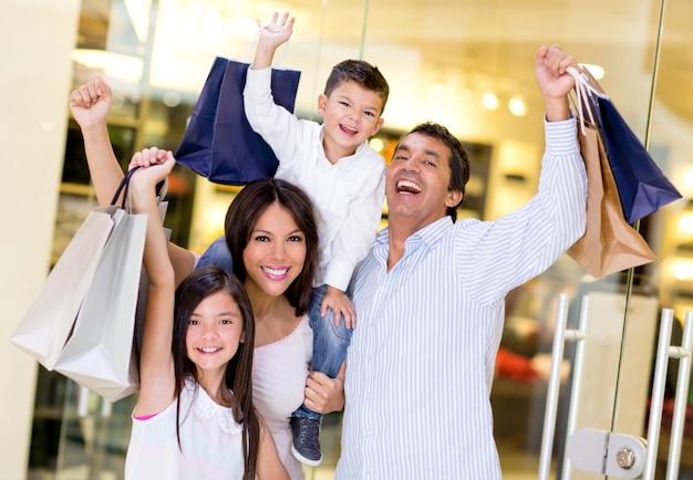 Familie winkelen in winkelcentrum