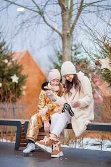 Familie wintersport. moeder en dochter op winterdag