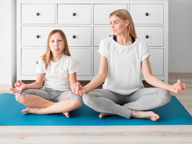 Familie yoga tijd