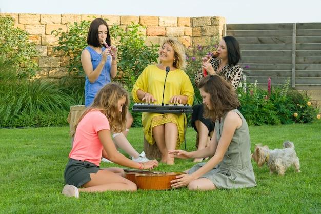 Familie zingt en gebruikt muziekinstrumenten