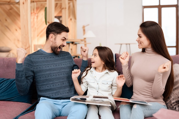 Familie zit en verheugt zich dat ze kleur hebben gekozen voor meubels
