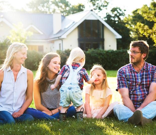Familie zit in een park
