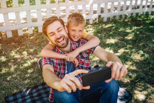 Familie zit samen en neemt selfie
