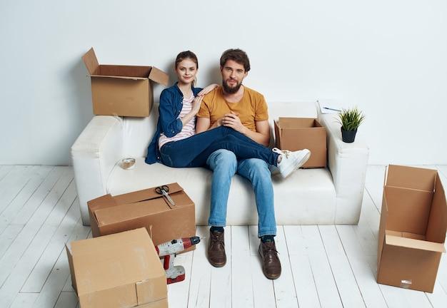 Familie zittend op bankdozen met dingen die leuk bewegen