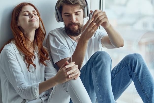 Familie zittend op de vensterbank romantiek vreugde technologie. hoge kwaliteit foto