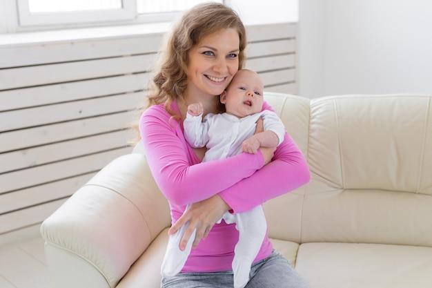 Familie, zuigeling, moederschap en jeugdconcept mooie moeder en haar baby