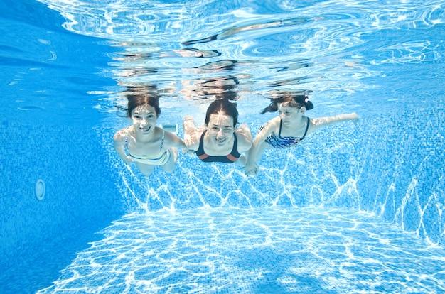 Familie zwemt in zwembad onder water gelukkige actieve moeder en kinderen hebben plezier onder water