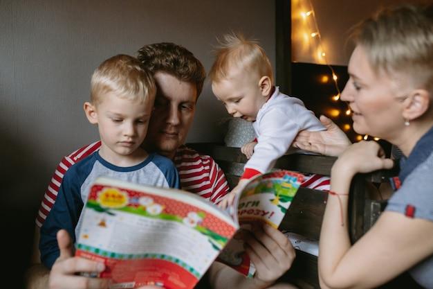 Familieavond voor kerstmis een boek lezen en samen warme chocolademelk drinken