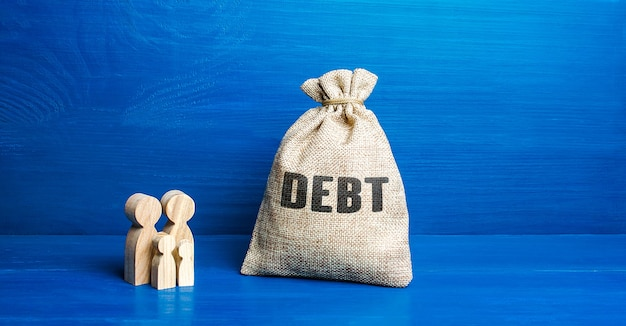 Familiebeeldjes en zak met schuldgeld financiële geletterdheid achterstand in moeilijke financiële situatie