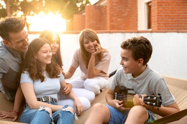 Familiebijeenkomst en samen ukelele spelen