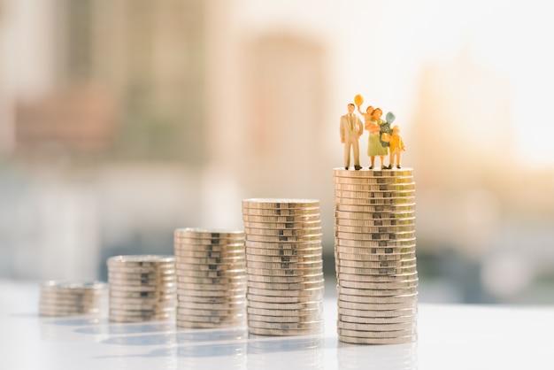 Familiecijfer die zich bovenop muntstukstapel bevinden.