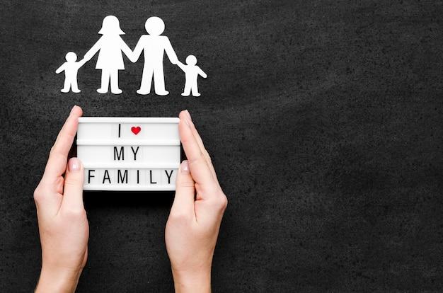 Familieconcept op bord met exemplaarruimte